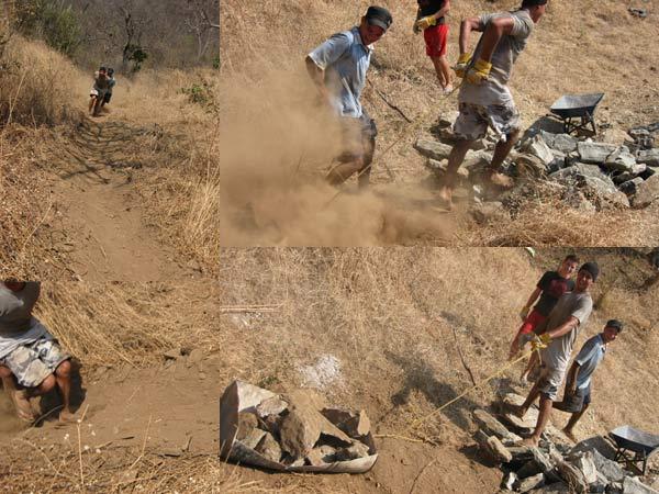 Bajando piedras de la montana con trineo improvisado