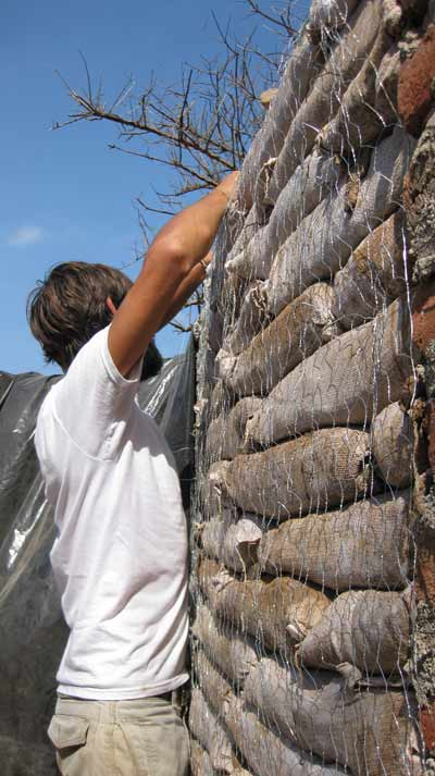 Juan amarando la malla de gallinero