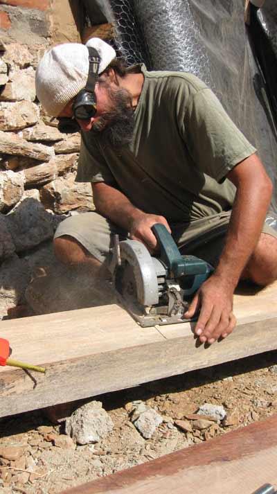 Ruben cortando la madera en la obra