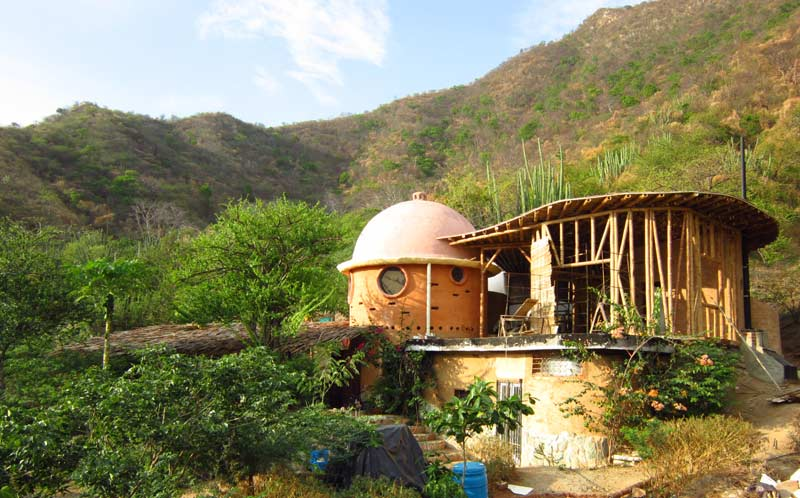 La casa en Junio 2011 con la estructura de guadua todavia aparente y el techo en guadua y cemento terminada.