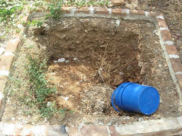 Esta es la fosa donde vaciamos los banos, finalemente decidimos que no era necessario ponerle ni mosquitero ni plastico.