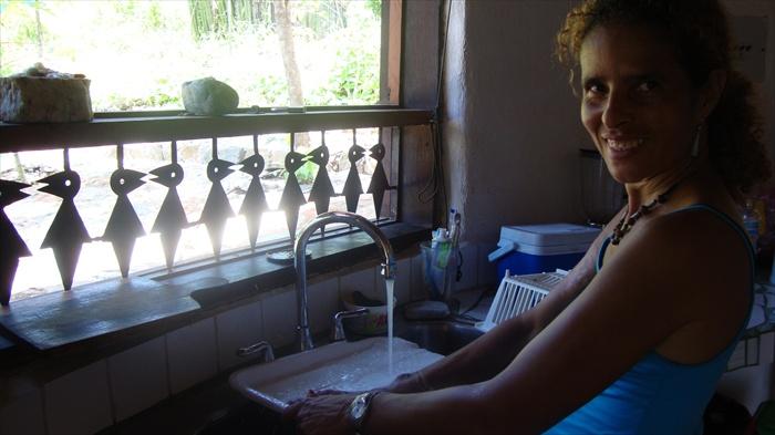 Helena en frente de una ventana de la cocina