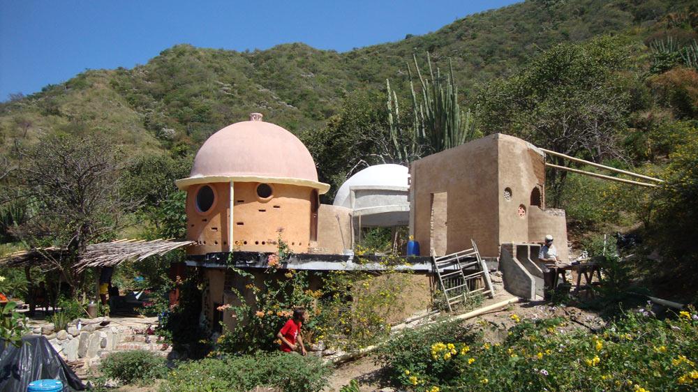 Casa Diciembre 2010 con segundo domo y bagno terminado (pero aun sin techo)