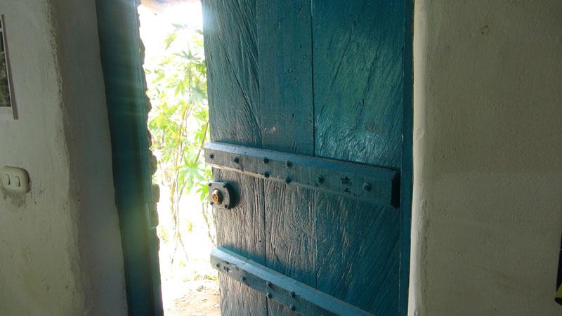 Casa eco eco 1 economica y ecologica refugio de adobe - Como hacer una puerta rustica ...