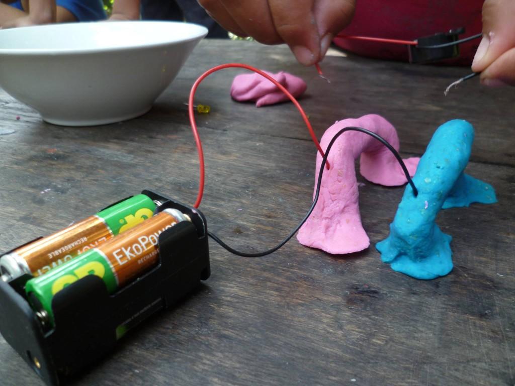 Utilisando la masa para conducir electrecidad, conectandola a unas baterias.